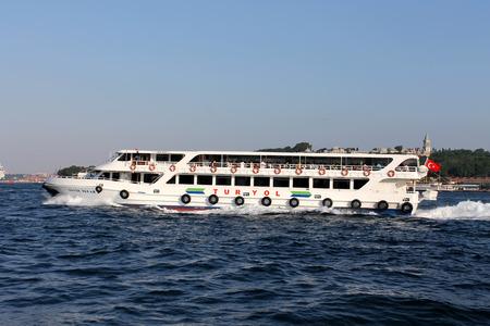 gullet: Estambul, Turqu�a - 30 06 2014 - Barco de pasajeros en la garganta del B�sforo, Estambul Editorial