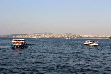 gullet: Estambul, Turqu�a - 30 06 2014 - Los buques sobre Bosphorus garganta Editorial