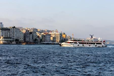 gullet: Estambul, Turqu�a - 30 06 2014 - garganta del B�sforo de Estambul, Turqu�a Editorial