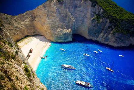 cenital: Navagio Beach - Playa del naufragio, isla de Zakynthos, Grecia. Vista aérea de la playa más hermosa de la isla de Zakynthos - Navagio con naufragio, Grecia, Islas Jónicas