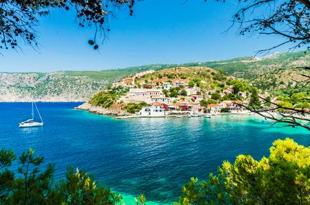 Assos en la isla de Cefalonia en Grecia. Vista de la hermosa bahía de la aldea de Assos, la isla de Kefalonia, Grecia