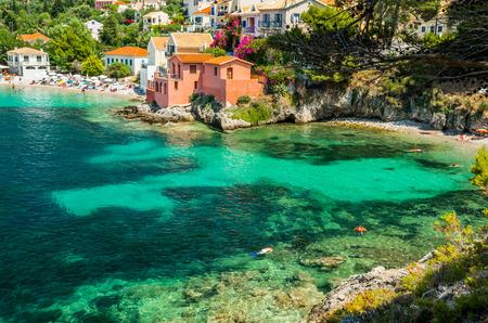 Assos en la isla de Cefalonia en Grecia. Vista de la hermosa bahía de la aldea de Assos, la isla de Kefalonia, Grecia Foto de archivo - 48734744