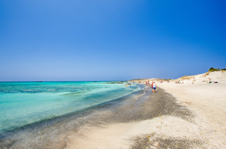 kreta: Elafonissi Lagoon, Crete Island, Greece. Elafonisi beach is one of the best beaches of Europe. This part of the beach is with black and white sand.