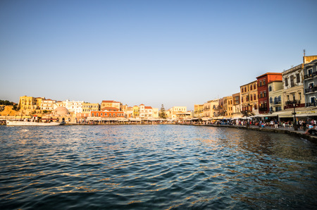 kreta: Chania town in Crete island. View of the old venetian port of Chania on Crete island, Greece. Tourists relaxing on promenade.