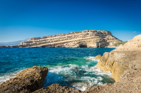 kreta: Matala beach on Crete island, Greece. View from the rocks. There are many caves near the beach.