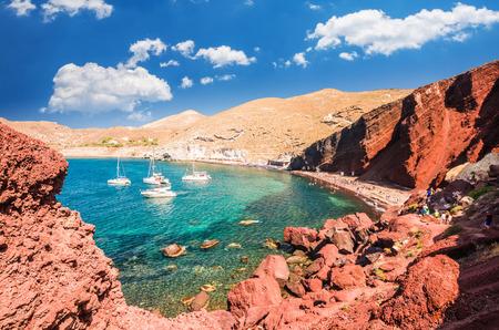 Rood strand. Santorini, Cycladic Islands, Griekenland. Mooi zomerlandschap met een van de beroemdste stranden ter wereld.
