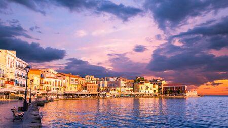 CHANIA, KRETA, GRIECHENLAND - 26. JUNI 2016: Atemberaubender Blick auf den Sonnenuntergang des alten venezianischen Hafens von Chania auf der Insel Kreta, Griechenland.