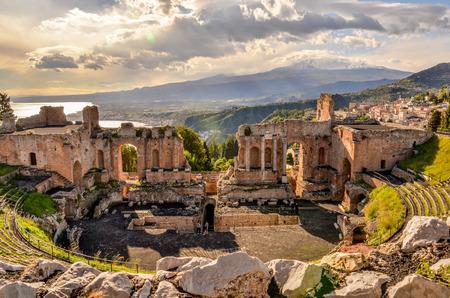 Teatro di Taormina con il vulcano Etna in parte posteriore in Sicilia, Italia