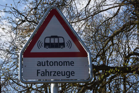 Road sign warning of autonomous vehicles or self-driving vehicles in German language. Banque d'images
