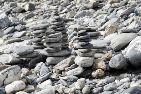 Stone towers or stone cairns. They are placed on the rocky river bank of Rhine in Switzerland. Banque d'images