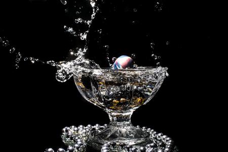 fondo blanco y negro: Splash en un vaso de cristal
