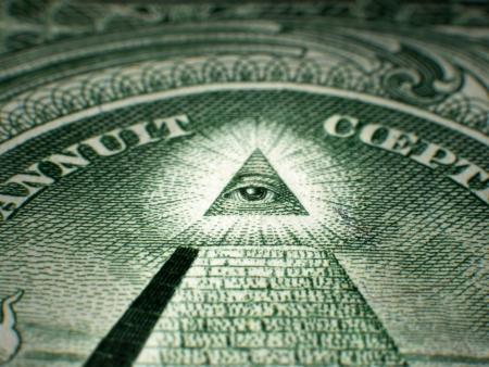 pyramide egypte: Coup de point de vue, la profondeur de champ, mise au point s�lective macro close-up de ma�onnique All-Seeing Eye-One USA sur le projet de loi f�d�rale Remarque Dollar Reserve