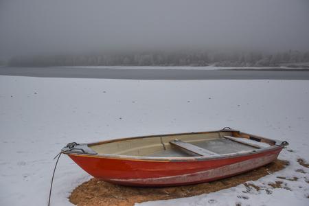 Rode houten roeiboot Stockfoto - 80509391