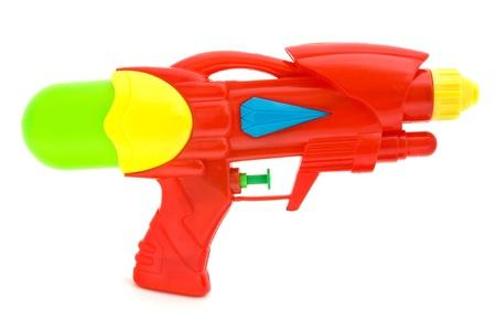 pistolas: Pistola de agua pl�stico aislado en blanco Foto de archivo