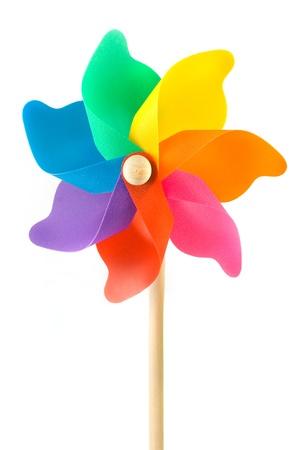 molino: Molino de viento de juguete de plástico de colores sobre fondo blanco