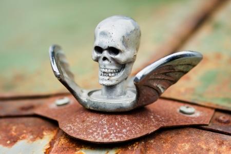 oxidado: Chrome cráneo con alas de adorno del capó de un coche oxidado Foto de archivo