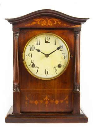 reloj antiguo: Reloj antiguo de madera sobre un fondo blanco