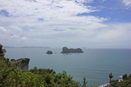 Panorama over the mercury bay, seen from the trail to the cathedral cove Standard-Bild
