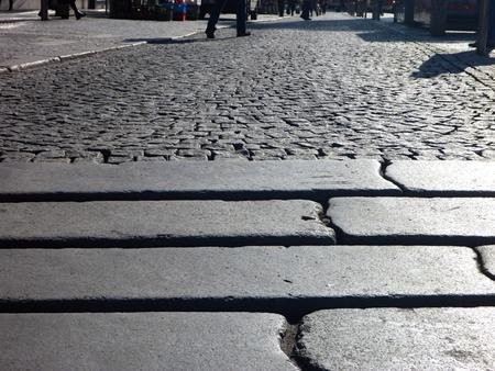 empedrado: las piernas de alguien caminando sobre una acera pavimentada Foto de archivo