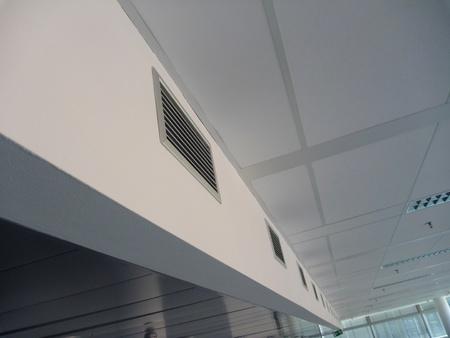 Un faisceau de ventilation au plafond dans un nouveau bâtiment de bureaux Banque d'images