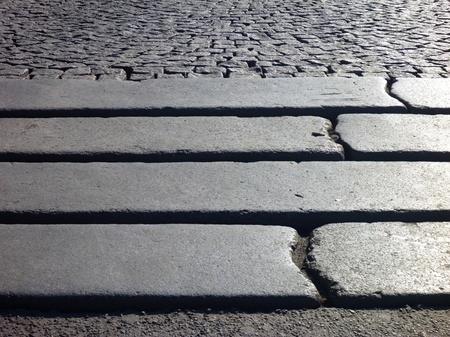 empedrado: un detalle de pasos en una acera pavimentada gris Foto de archivo