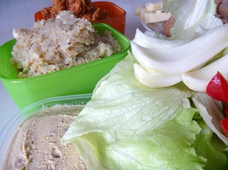 higado de pollo: vegerable spread with bread and salad for breakfast Foto de archivo