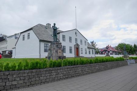 Wit historisch gebouw in het centrum van reykjavik in IJsland Stockfoto - 83762614