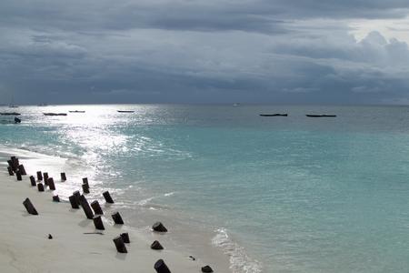 ein romantischer Sonnenuntergang mit einem Boot auf dem Ozean
