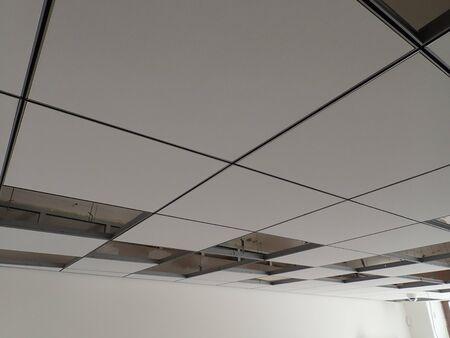 Grille de plafond en plaques de plâtre dans un immeuble de bureaux moderne reconstruit