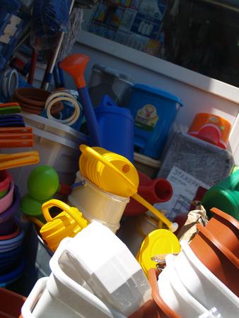 objetos de la casa: L�o de objetos dom�sticos de pl�stico en peque�a plaza del mercado