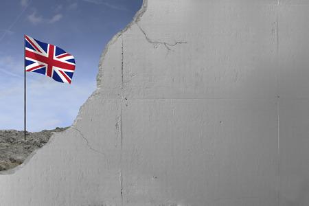 United Kingdom flag behind a concrete wall. Imagens