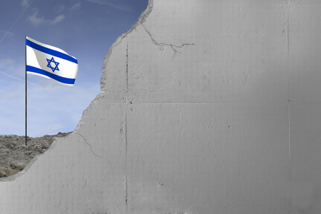 Israeli flag behind a concrete wall. Imagens - 72971016