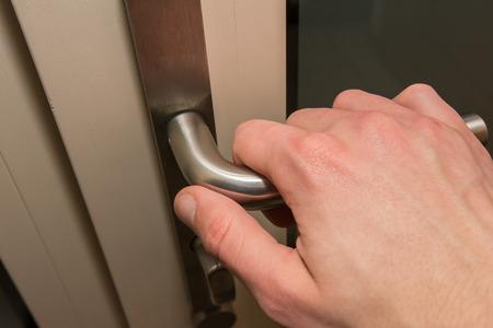 abriendo puerta: Puerta de apertura de la mano