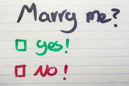 comunicación escrita: �Te casas conmigo, s� o no escrito en hoja de papel Foto de archivo