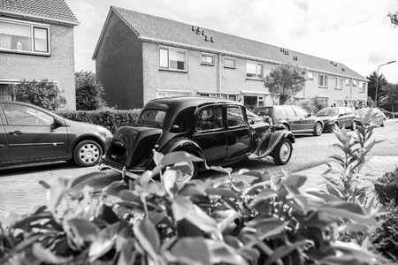 Oldtimer wedding car driving in the street in black and white Stock fotó