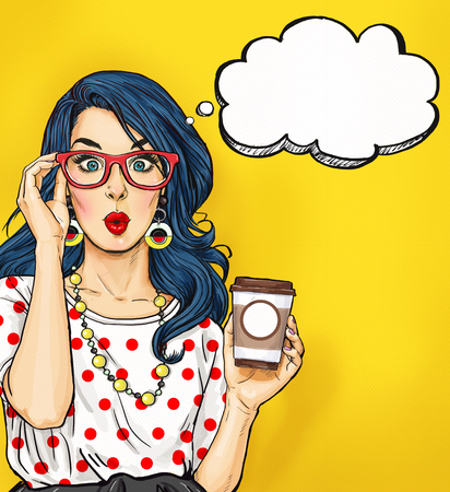 Chica del arte pop con la taza de café en vidrios con la burbuja de pensamiento. Invitación de fiesta. Tarjeta de cumpleaños. Hollywood, estrella de cine. Mujer cómica. La muchacha atractiva.