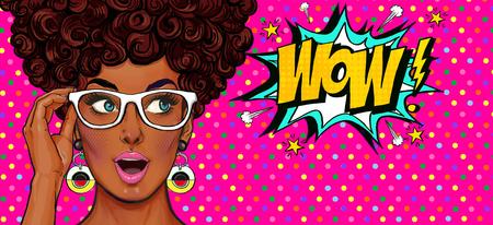 Pop-Art-Illustration, überraschtes Mädchen. Komische Frau. Wow.Werbung Poster. Pop Art Mädchen. Party Einladung. Geburtstagsgrußkarte. Werbeplakat Romantisches Mädchen, das ihr Gesicht versteckt. Pop-Art-Hintergrund Standard-Bild