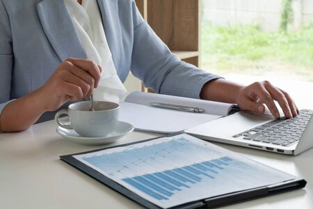 business woman have analyzed the chart, set targets for new management success. Stok Fotoğraf