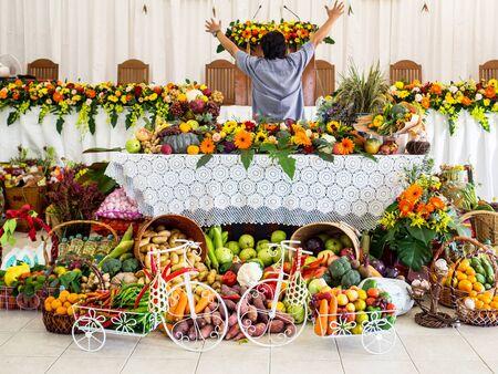 Mann mit viel Gemüse, Obst und Blumen sind für Happy Thanksgiving Day dekoriert. Standard-Bild