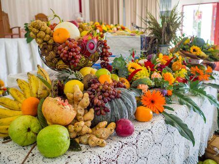 Viele Gemüse, Früchte und Blumen sind für Happy Thanksgiving Day dekoriert.
