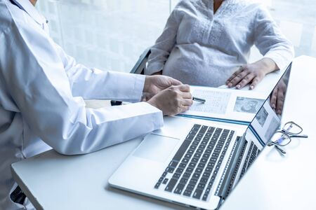 The doctor check the health and advise pregnancy to pregnant women.