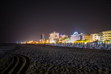 Wiederholungsaufnahmen Stadt mit Strand Standard-Bild - 46505135