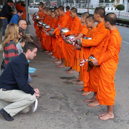 limosna: monjes pidiendo limosna en la madrugada en chiang mai, tailandia Editorial