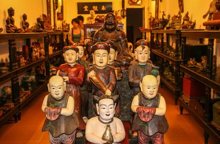 tallado en madera: taller de talla en madera en Nha Trang, Vietnam Editorial