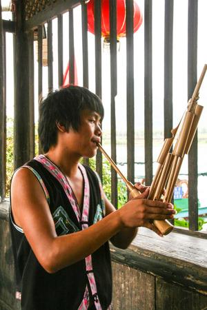 blaasinstrument: lusheng-een riet-pipe blaasinstrument