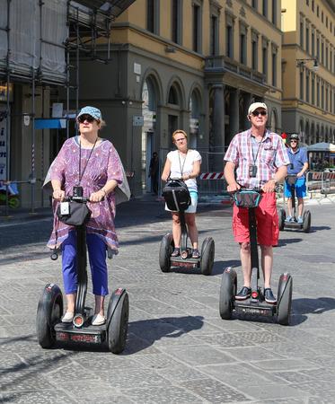 polea: turista montar una polea en Florencia, Italia Editorial