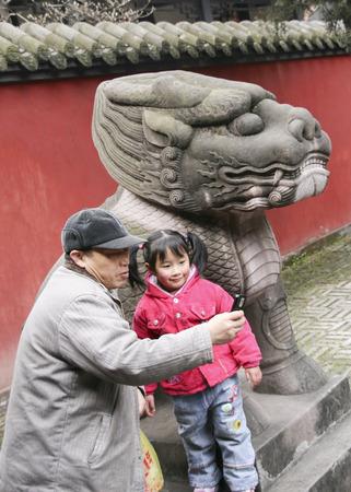 侯爵、成都、中国の寺院で写真を撮って彼の孫娘と祖父