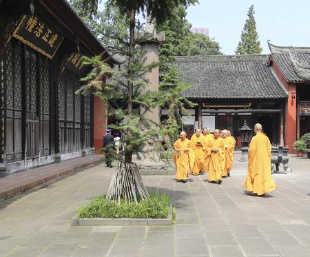 sotana: monjes en el templo Wensu, Chengdu, China Editorial