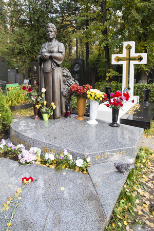 ze: Ludmilla Ze Jin Na.-singer tomb in novodevichy cemetery  ,moscow