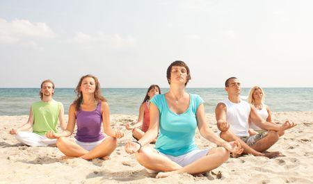 mujer meditando: fuerza de los j�venes en la playa, meditando